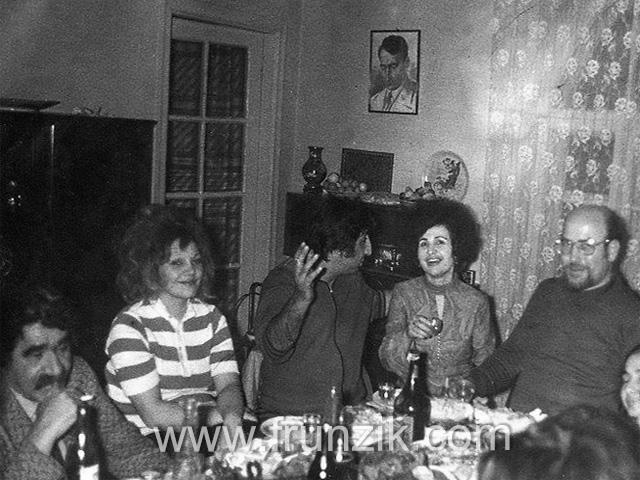 Ձախից աջ`Ազատ Շերենց,Դոնարա Մկրտչյան, Մհեր Մկրտչիան, Անահիտ Չարենց, Արիս Սրբազան և իմ ու Նունե Մկրտչյանի թուշիկները մեր տանը 1970...